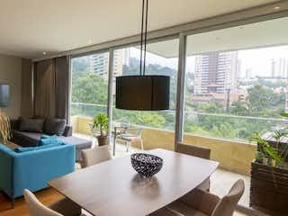 Una sala de estar llena de muebles y una televisión de pantalla plana en La Torre Suites