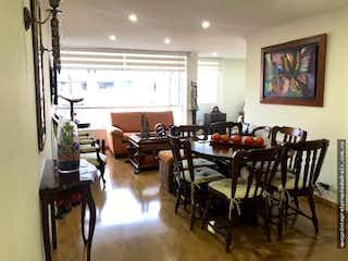 Una habitación llena de muebles y una gran ventana en Apartamento en Suba-Mazuren, con 3 habitaciones.