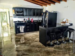 Una habitación llena de muebles y una chimenea en Casa en Las Chimeneas, Itagüí con 4 alcobas
