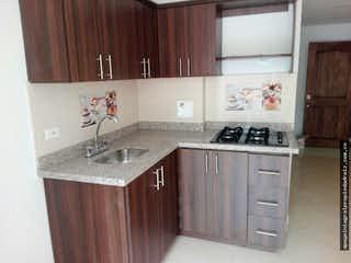 Una cocina con armarios de madera y un fregadero en Apartamento en Santa María, Itagüi - Tres alcobas