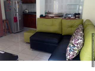 Una sala de estar llena de muebles y una ventana en Casa en Buenos Aires, Medellín, Dos alcobas