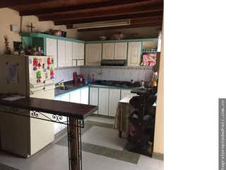 Una cocina con una estufa de fregadero y nevera en Casa en La Ceja, Antioquia - Cuatro alcobas