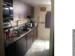 Una cocina con una estufa de fregadero y nevera en Apartamento en Bello, Florida - Cuatro alcobas