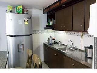 Una cocina con nevera y fregadero en Apartamento en Bello, Antioquia - Tres alcobas