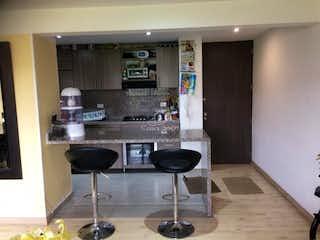 Una cocina con una mesa y sillas en ella en Apartamento en venta en La Felicidad con acceso a BBQ