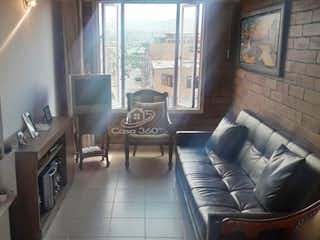 Una sala de estar llena de muebles y una ventana en Apartamento en venta en Andalucía, 61mt