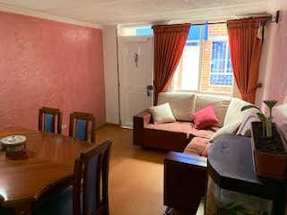 Una sala de estar llena de muebles y una ventana en Casa en venta en Los álamos, 61m² con Jardín...