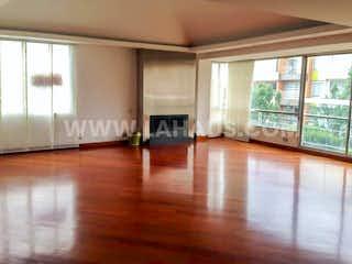 Una sala de estar llena de muebles y un suelo de madera en Apartamento En Venta En Bogota Chico Navarra
