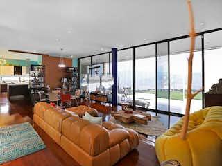 Una sala de estar llena de muebles y una gran ventana en Casa en Las Palmas, Medellin - Tres alcobas