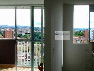 Una imagen de una cocina con una ventana en Torres del Campo