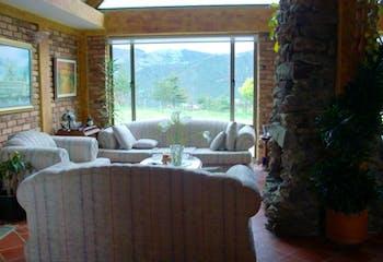 Casa Campestre en La Calera, con 2 niveles y 4 habitaciones.