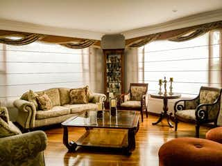 Una sala de estar llena de muebles y una gran ventana en Casa