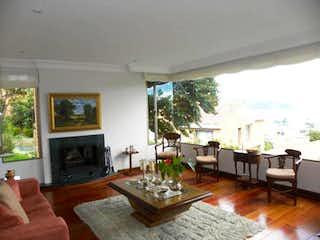 Una sala de estar llena de muebles y una chimenea en Casa En Bogota Niza Suba - 322 mts, 6 parqueaderos, 5 alcobas.