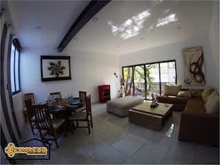 Una sala de estar llena de muebles y una gran ventana en Departamento en venta en Alamos con balcón