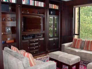 Una sala de estar llena de muebles y una televisión de pantalla plana en Conjunto Torres De Santa Barbara