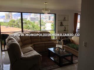 Una sala de estar llena de muebles y una ventana en ANDALUCIA 401