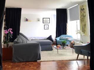 Una sala de estar llena de muebles y una ventana en Apartamento en Bosque Calderón - Bogotá,  con una habitación y dos baños.