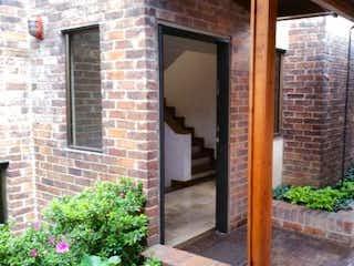 Una vista de un edificio con una planta en maceta en Casa En Venta En Bogota usaquen Alta - 216 mts, 4 parqueaderos.