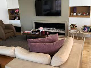 Una sala de estar llena de muebles y una televisión de pantalla plana en Apartamento en Rosales, Bella Vista con chimenea
