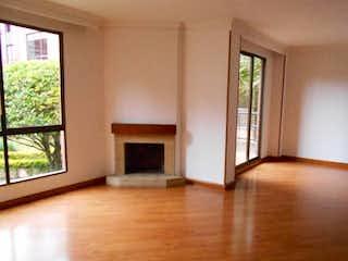 Una sala de estar llena de muebles y una ventana en Conjunto Quintas Gratamira