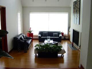 Una sala de estar llena de muebles y una televisión de pantalla plana en Casa En Condominio Los Arrayanes, Los Arrayanes, con cuatro habitaciones -328m2.