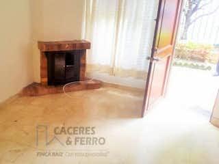 Una imagen de una sala de estar con chimenea en Conjunto