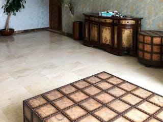 Una sala de estar con un sofá y una mesa en DEPARTAMENTO EN VENTA  EN BOSQUES DE LAS LOMAS