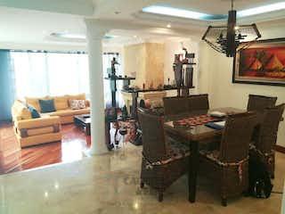 Una sala de estar llena de muebles y una lámpara de araña en Urbanizacion Hacienda Córdoba II