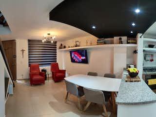 Una sala de estar llena de muebles y una televisión de pantalla plana en Vendo Casa En Chia En Conjunto Cerrado Remodelada