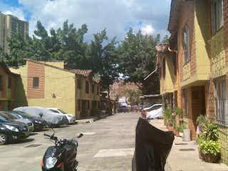Un hombre montando una motocicleta por una calle en Casa en venta en Belén Centro de 80m²