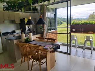 Una cocina con una mesa de madera y sillas en Club Verde Terra
