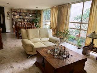 Una sala de estar llena de muebles y una gran ventana en DEPARTAMENTO EN VENTA EN COYOACAN