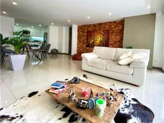 Una sala de estar llena de muebles y una chimenea en HERMOSO APTO EN ENVIGADO EN EL ESMERALDAL  Área 111 M²
