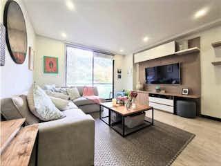 Una sala de estar llena de muebles y una televisión de pantalla plana en Apartamento en venta en Bella Suiza, 116mt