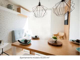 Una sala de estar con una mesa y sillas en Tierra Linda Campestre