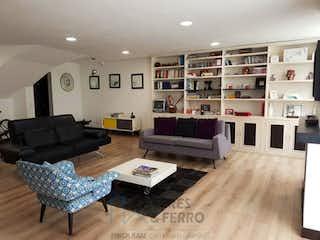 Una sala de estar llena de muebles y una chimenea en Apartamento En Los Rosales, Chicó, 2 Habitaciones- 178m2.