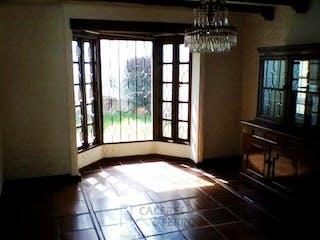 Una cama sentada en un dormitorio junto a una ventana en Casa
