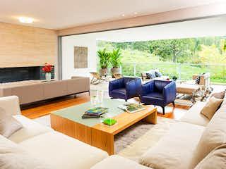 Una sala de estar llena de muebles y una gran ventana en Duville