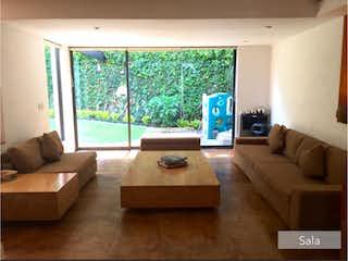 Una sala de estar llena de muebles y una televisión de pantalla plana en Casa en venta en San Nicolás Totolapan, de 363mtrs2