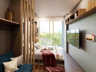 Una sala de estar llena de muebles y una ventana en QO97