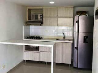 Una cocina con nevera y fregadero en Apartamento en venta en Belén Centro de 3 hab. con Piscina...