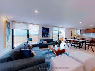Una sala de estar llena de muebles y una televisión de pantalla plana en Loretta