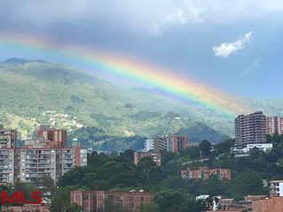 Una vista de una ciudad con una montaña en el fondo en Martinique
