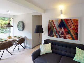 Una sala de estar llena de muebles y una gran ventana en Obra La Reserva