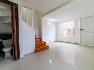Un cuarto de baño con lavabo y ducha en Casa En Venta En Bogotá Castilla