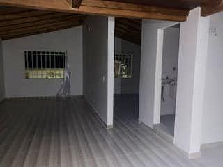 Una cocina con nevera y una ventana en VENTA APARTAMENTO EN BOSQUES DEL NORTE EN RIONEGRO