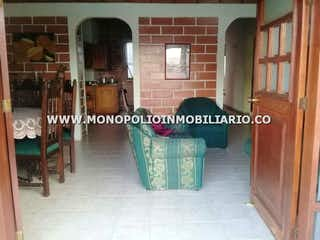 Una imagen de una habitación con un montón de muebles en -