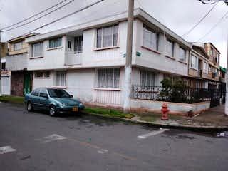 Un coche estacionado delante de una casa en Casa En Venta En Bogotá Santa Isabel