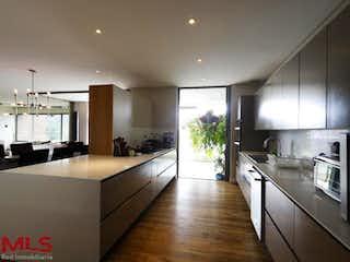 Una cocina llena de mucho espacio en la parte superior del mostrador en Paradisia
