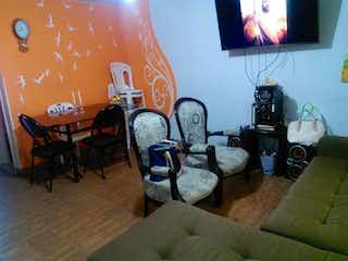 Una sala de estar llena de muebles y una televisión de pantalla plana en Casa En Venta En Bogota La Granja